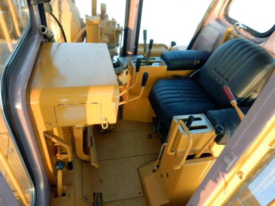 в кабине Komatsu D355C-3 (рабочее место оператора)