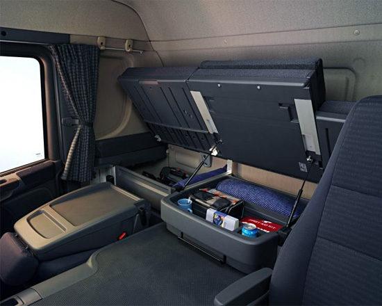 в кабине Scania P360 LA4X2HNA