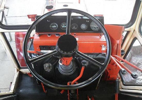 в кабине трактора ВТЗ Т25