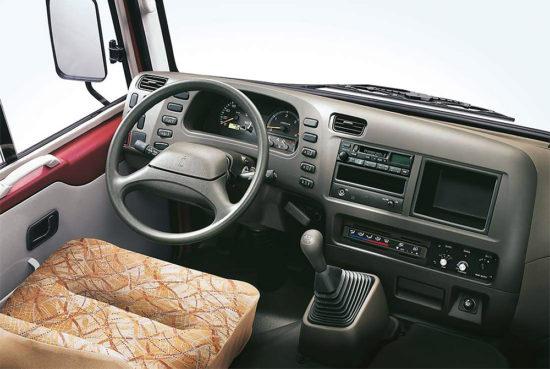 место водителя Mitsubishi Fuso Rosa